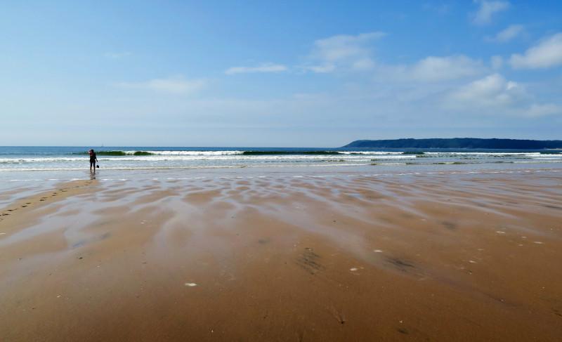 Blick auf den Horizont hinter dem Strand bei Three Cliffs Bay