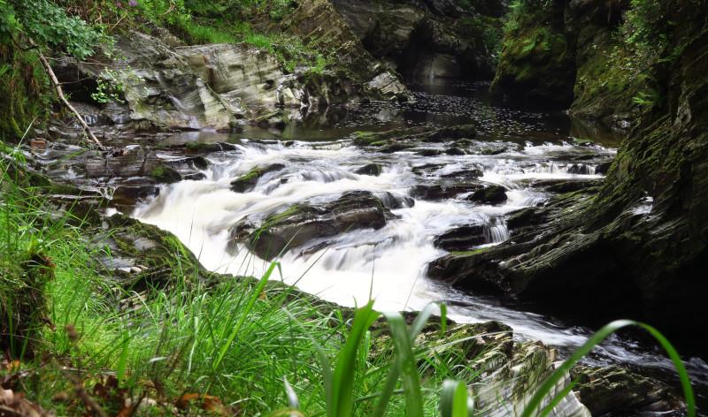 Stromschnellen in einem wilden Fluss im Westen von Wales