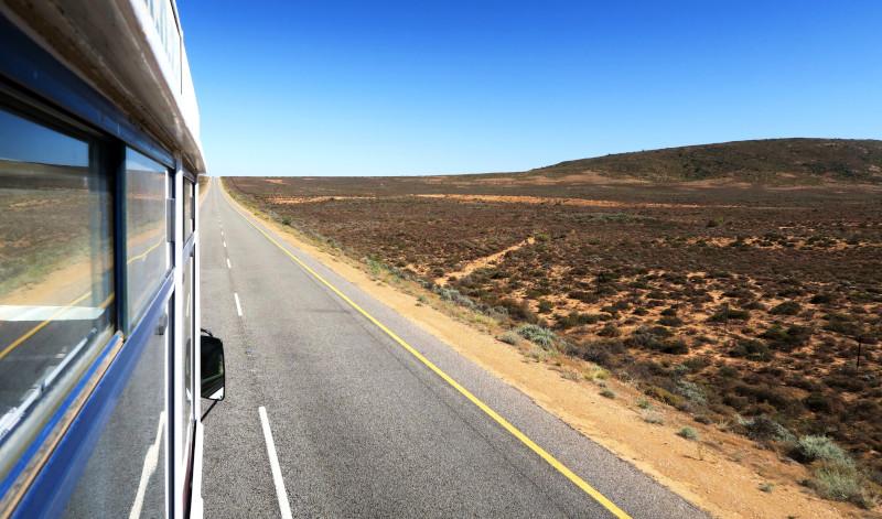 Aussicht aus dem Truck auf die Landstraße und die namibische Landschaft